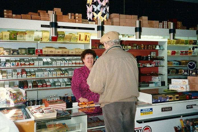 Marietje Groothuis-Pinners aan het werk in haar winkel.