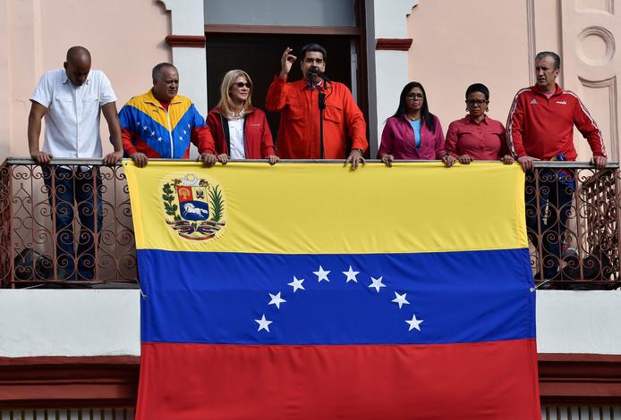 President Nicolás Maduro (m) spreekt een menigte aanhangers toe,   geflankeerd door echtgenote Cilia Flores (2e van links), de Venezolaanse vice-president Delcy Rodriguez (r) en andere regeringsleden.
