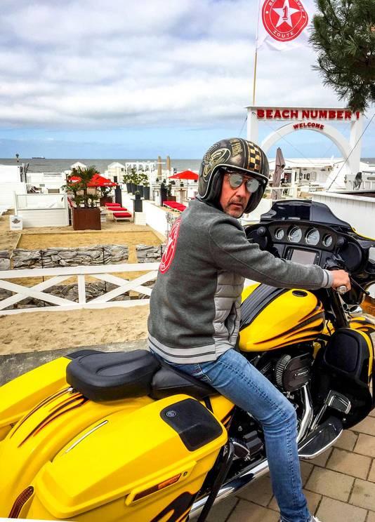 Glenn Van Hoeck op de gele Harley Davidson die voor de ingang staat te blinken. Prijs op aanvraag.