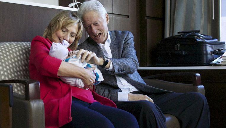 Hillary en Bill Clinton met hun kleindochter Charlotte. Beeld null
