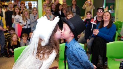 Kinderen trouwen in naschoolse opvang