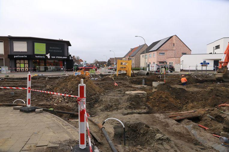 Het kruispunt voor de bakkerij in Melsele ligt er volledig opgebroken bij.