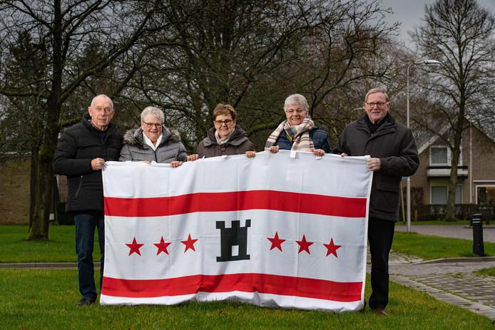 Bestuursleden van de Drentse Vereniging 't Nije Landschap met de vlag van Drenthe: van links naar rechts Gerrit Bunk, Hillie Wiffers, Lammie de Graaf, Hennie Timmerman en Henk Suelmann.