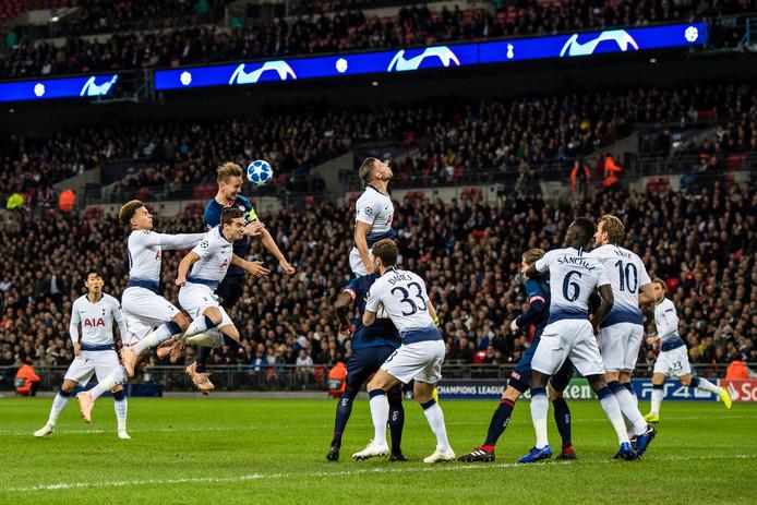 November vorig jaar: in het inspirerend decor van Wembley kopt Luuk de Jong al na een minuut raak tegen Tottenham Hotspur. Dit jaar loopt PSV het miljardenbal mis.