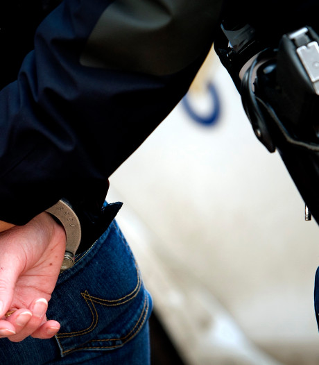 Man (18) en vrouw (19) aangehouden voor slaan en spugen in gezicht portiers in Breda