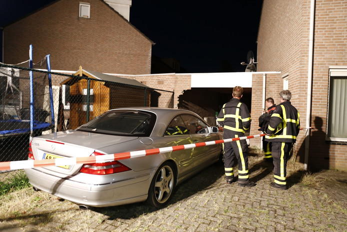 Zowel de auto als de garage raakten flink beschadigd bij de botsing.
