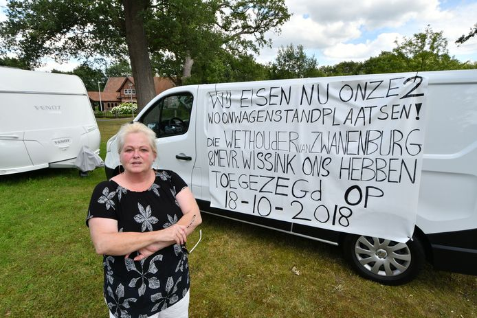 Woonwagenbewoonster Martha Wolters demonstreert al sinds juli in Goor om een woonwagenstandplaats te krijgen.