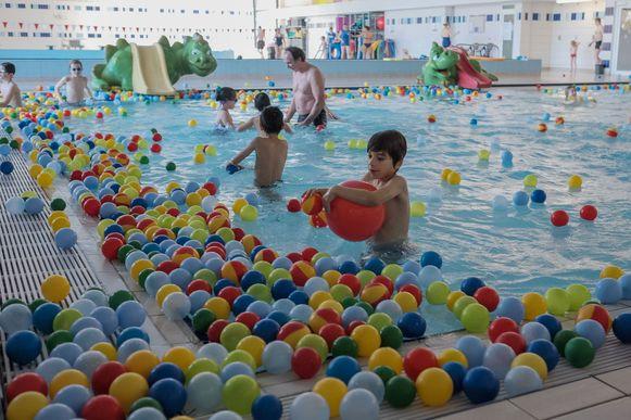 Er drijven honderden gekleurde balletjes in het kleine bad.