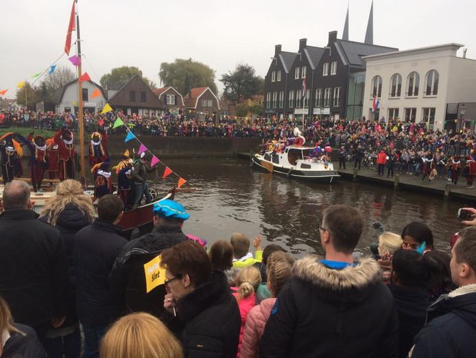 De Sint komt aan in Leur.