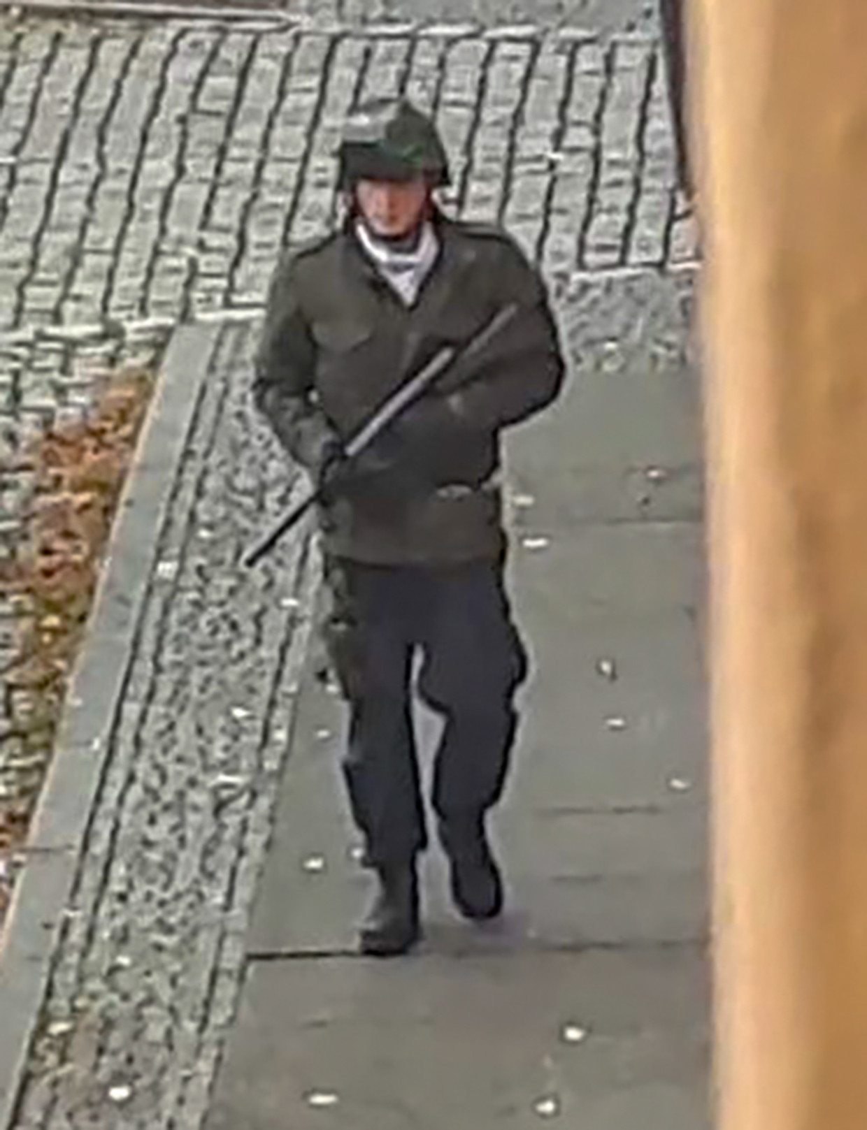 Screenshot van een video waarop vermoedelijk Stephan B. te zien is, die met een wapen door de straten van Halle loopt op de dag dat hij twee mensen doodschiet.