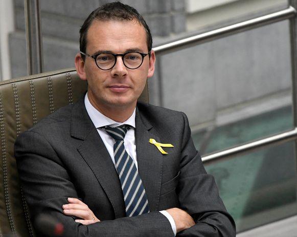 Eindelijk zijn er twee kandidaat-opvolgers voor CD&V-voorzitter Wouter Beke opgestaan.