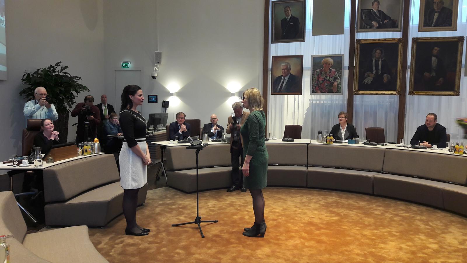 Burgemeester Hanne van Aart installeert Mieke Broeders-Habraken als raadslid voor het CDA.
