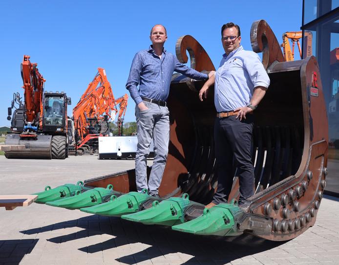 Jonathan de Putter (links) en Gerrit Cazant, de derde generatie die leiding geeft aan familiebedrijf Pladdet, in één van de door het bedrijf helemaal zelfgeproduceerde graafbakken.