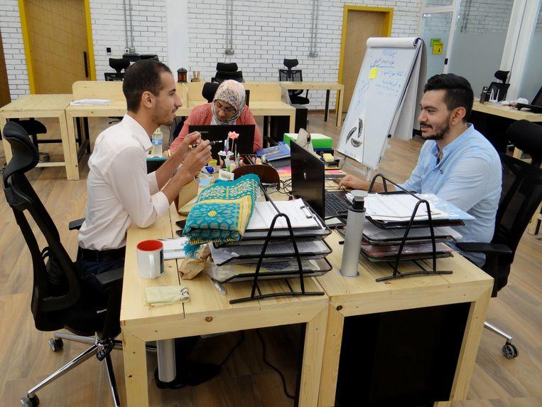 The Station, een mede met Nederlands geld gefinancierd kantoor in Bagdad dat is opgericht om jonge ondernemers een aantrekkelijke werkplek te bieden. Ahmad Al-Jawadadi (links), Amna Al-Qosh (midden) en Labeeb Kashif Al-Getara houden er kantoor. Beeld Marno de Boer