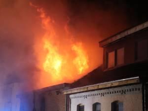 Twee brandweermannen raken gewond bij zware uitslaande brand, ook bewoner loopt verwondingen op