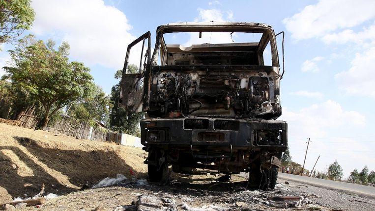 Een uitgebrande bus in Holonkomi, waar demonstranten en de regering met elkaar op de vuist gaan. Beeld reuters