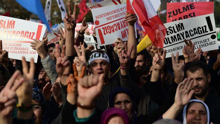 Duizenden demonstreren in Istanboel tegen het harde overheidsoptreden tegen politici van de pro-Koerdische HDP en de seculiere CHP met borden waarop staat: Wij geven niet op, 20 november. Beeld afp