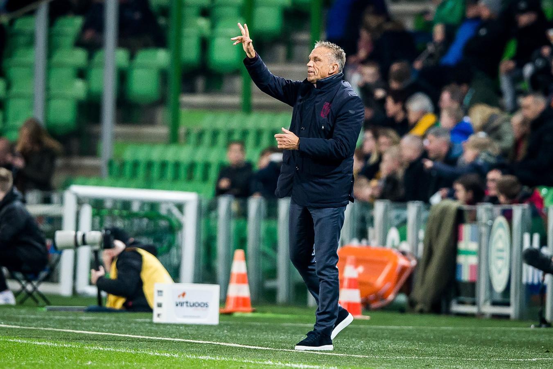 Edward Sturing coacht Vitesse tegen FC Groningen.