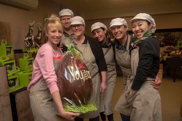 Qmusic-dj Heidi Van Tielen met het team van De Chocolade Gieterij in Schelderode.