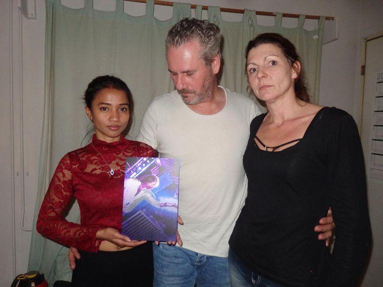 Rose Rico, weduwe van Dennis Price, met een portret van Jan Nagtegaal. Naast haar Jans dikke vrienden Frank de Rooij en Natascha Elsing. Beeld Schuim
