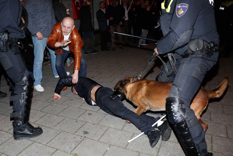 De politie moest ingrijpen met honden en waterkanonnen bij het Turkse consulaat aan Westblaak.  Beeld ANP