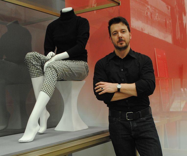 Verzamelaar en curator Ted Stampfer met zijn favoriete collectiestukken tijdens de voorbereiding op een tentoonstelling. Beeld