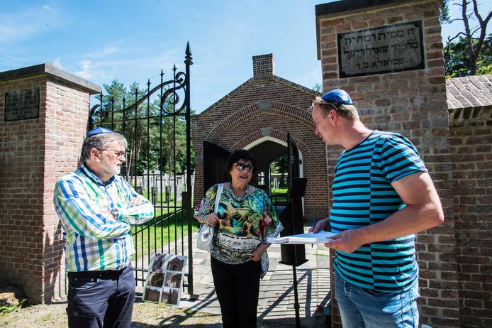 Marijke Wagenaar-van Oss bij de ingang van de Joodse begraafplaats, met vrijwilliger Sjef van den Bijgaart (links) en BD-verslaggever Tom Tacken.