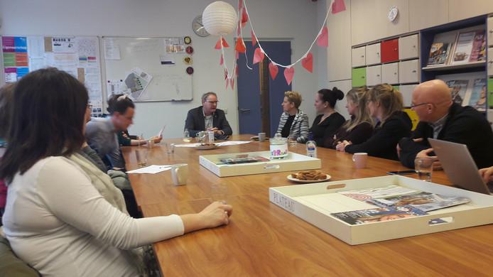 Stakende leerkrachten van basisschool 't Palet in discussie met wethouder Rein van Moorselaar.