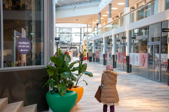 Planten in kleurige potten zorgen nog voor wat leven in de Oranjerie. Het winkelcentrum kampt met grote leegstand.