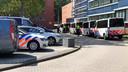 Tal van politieauto's en ME-busjes bij het politiekantoor aan de Hermandad in Enschede