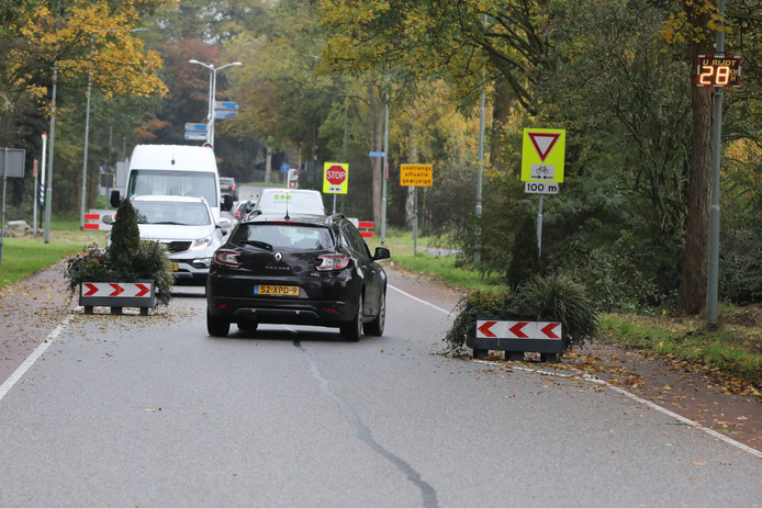 Op de Ringbaan in Molenhoek zijn twee plantenbakken geplaatst waardoor auto's op dat punt langzamer moeten rijden en daar omheen slalommen.