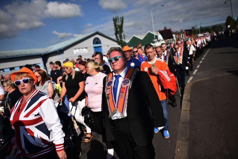 'Orangemen' passeren het nationalistische gebied Ardoyne. In het verleden was dit het punt waar zij slaags raakten met pro-Ierse nationalisten. Dit jaar bleef het rustig. Beeld null
