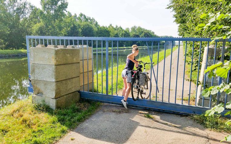 Maandag konden fietsers nog door de opengeslepen poort.