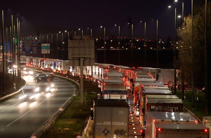 Questa mattina, a Calais, ci sono stati nuovamente ingorghi lunghi chilometri verso il porto dei traghetti per i camion che volevano attraversare il Regno Unito.
