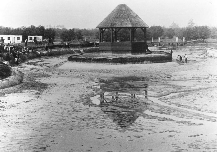 Tegenover de woningen lag vroeger een 10 hectare grote plantsoengordel, met vijvers, een houten 'Zwitserse' brug en een muziektent met rieten dak. De aanleg van de gordel in de jaren 1928-1938 was onderdeel van de werkverschaffing.