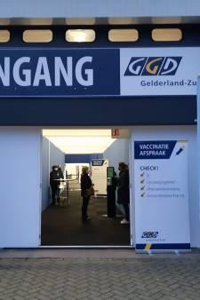 Met politie-escorte kwam het vaccin eindelijk aan in Wijchen: prikken maar!