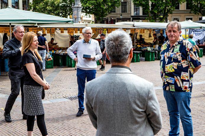 Hein te Riele wordt toegesproken door wethouder Carlo Verhaar. Partner Anjo de Bont, Harry Webers en Gosse Hiemstra kijken toe.