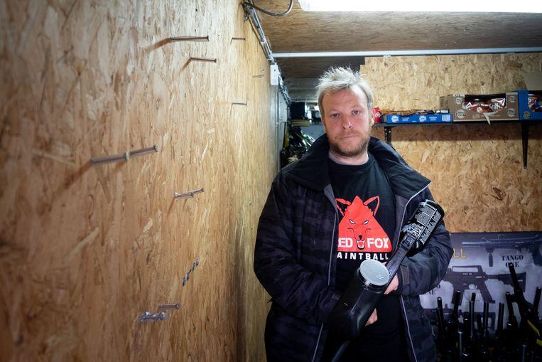 Red-Fox Paintball Nijlen kreeg dieven over de vloer. Bram Segers-Dom staat bij de muur waarvan verschillende paintballgeweren zijn gestolen.