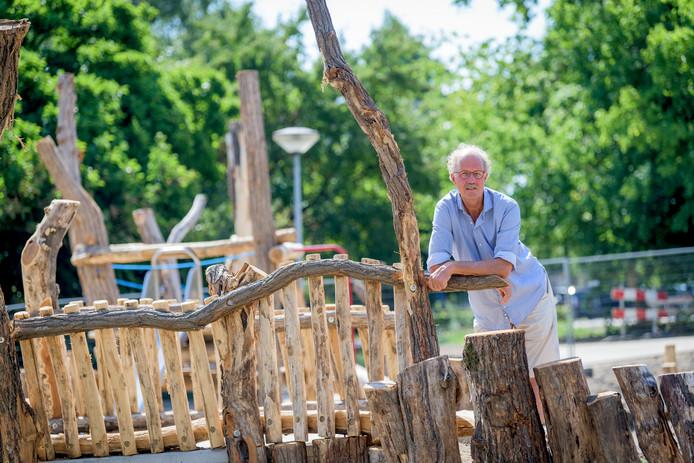 """Hans Oude Luttikhuis in de waterspeeltuin van het Doepark in aanleg. """"Het gaat nog wel twee jaar duren voordat het er echt mooi uitziet."""""""