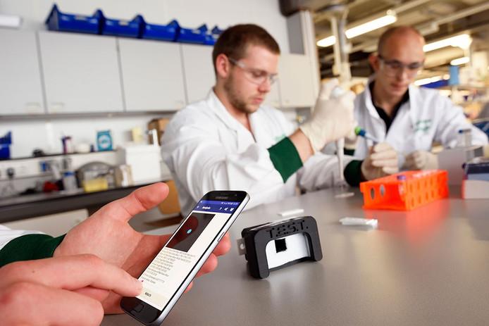SensUs team TU Eindhoven met biosensor en app voor opsporing van nierfalen