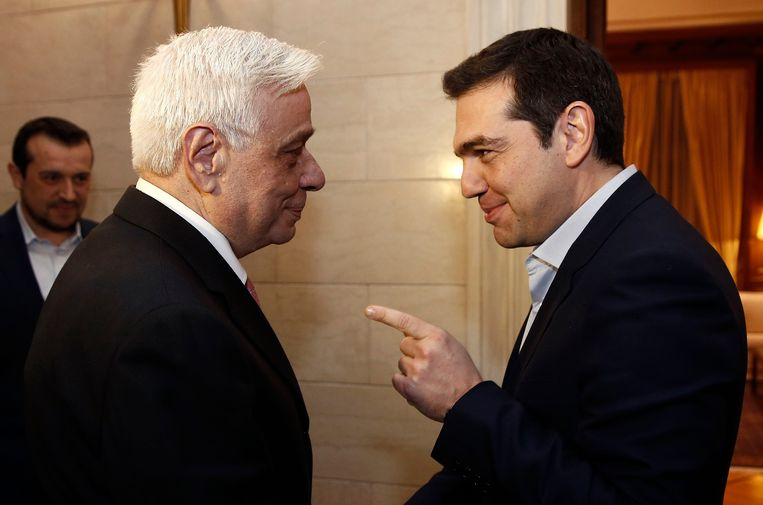 Pavlopoulos met de nieuwe Griekse premier Tsipras (R). Beeld reuters