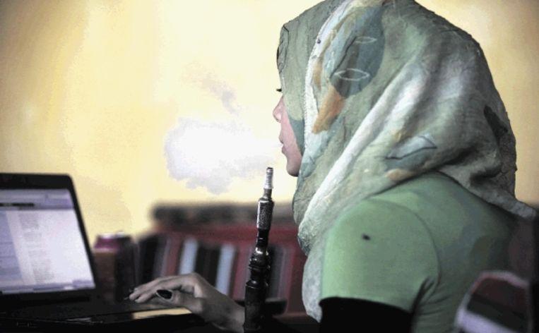 Vrouwen mogen geen waterpijp meer roken in het openbaar in de Gazastrook. (FOTO AP) Beeld