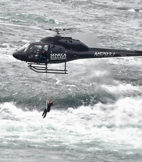 Acrobate zet tanden in touw en hangt zo boven de Niagara Falls