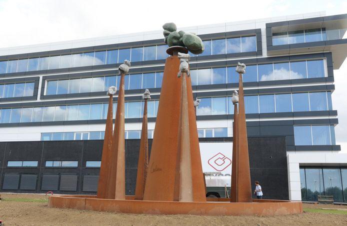 Het kunstwerk aan de nieuwe gebouwen van Eandis.