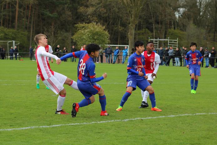 Tijdens het Marc Overmars Paastoernooi bij SV Epe doen regelmatig ook al teams van Ajax mee.