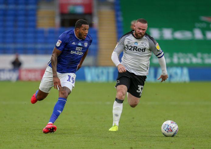 Nathaniel Mendez-Laing snelt namens Cardiff City langs Wayne Rooney.