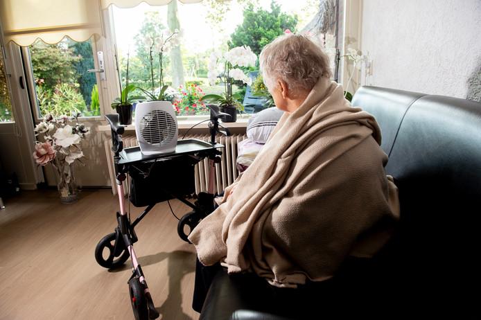 De moeder van Gert-Jan Tamboer zit afgelopen zondag in haar eigen woning te vernikkelen van de kou.