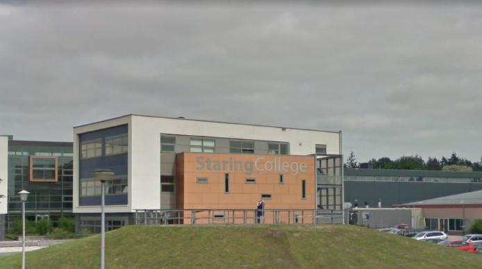 Een leraar van het Staring College in Lochem is geschorst, nadat hij werd betrapt op het kijken van porno in een klaslokaal.