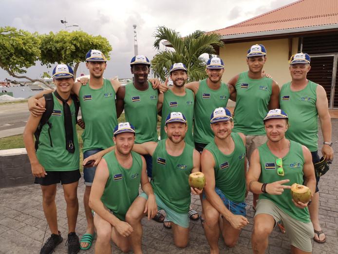 De spelers van Curaçao met op de achterste rij 2e van links Jerry Christiaanse en dan v.l.n.r. Yedney America, Deniël van der Waal, Leroy Kersten, Jordan Kersten, Yedney America en teammanager Herbert van der Waal.