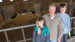 """Veehouder redt kudde van grote stalbrand: """"Mijn kalfjes sprongen in het rond tussen brandend stro"""""""